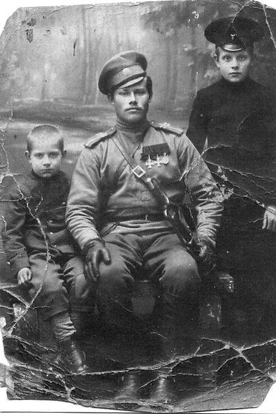 Костиков Лазарь Егорович, уроженец с.Трояново,  георгиевский кавалер, с сыновьями.