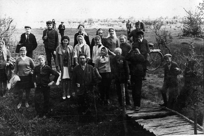Учащиеся Троицкой школы на р.Свапе с учителем Н.Е.Кондрашовым. Фото 1969 г.