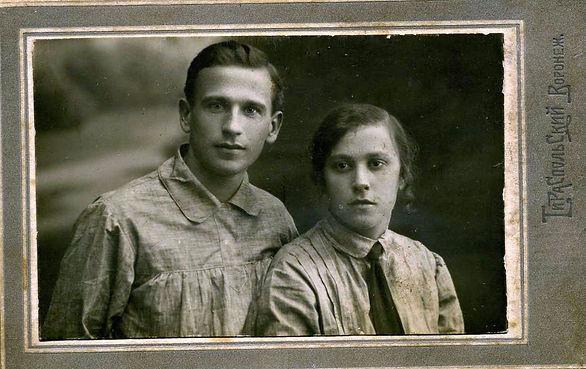 Казанская Ольга Владимировна, дочь священника, с мужем Петром. Воронеж 15.09.1925 г.