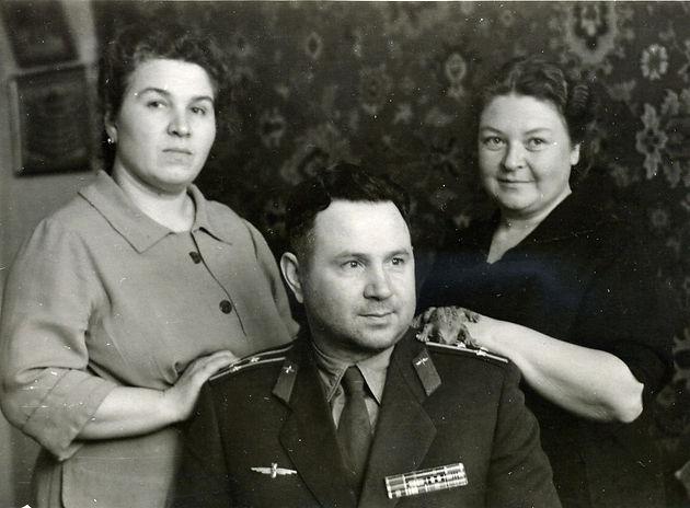 Полухин Тимофей Фролович, военачальник, партийный деятель, в кругу семьи. Фото 1966 г.