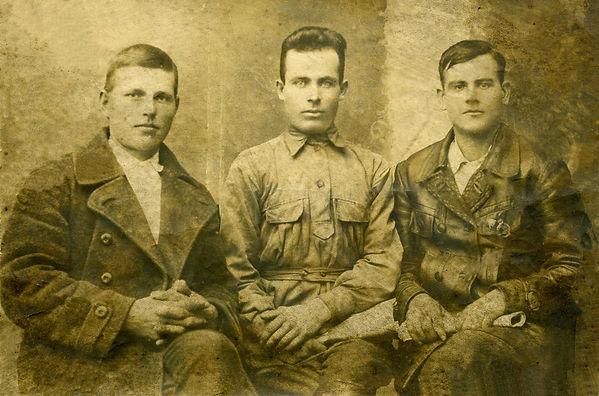 Председатель Городенского сельсовета Рыбкин К.В. (в центре) с сельскими активистами Ф.А.Рябиковым и М.Ф.Языниным. Фото 1927 г. г.Дмитриев