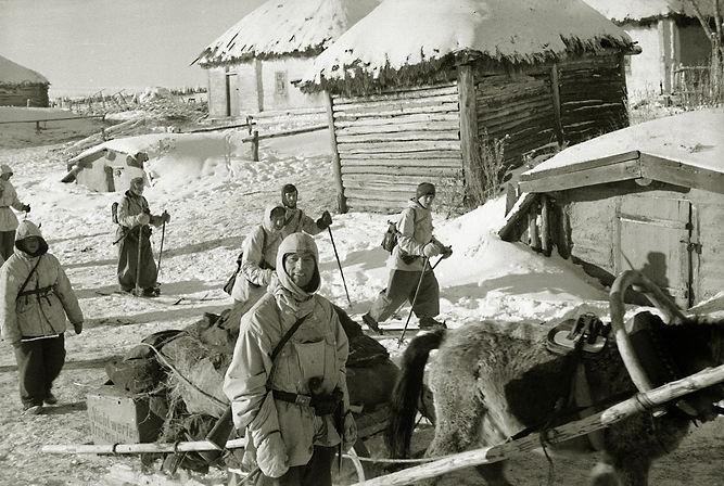 Ягдкоманда вермахта (охотники за партизанами) проходит через с.Трояново. Фото 25.01.1943 г.