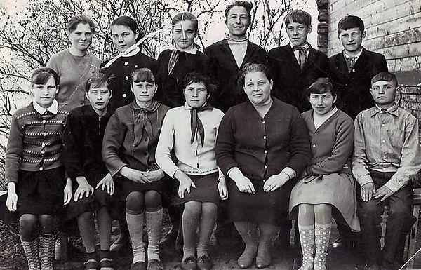 Злобинская школа. Учитель Таисия Егоровна Шарова с учениками