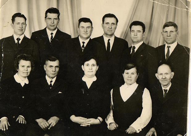 Директор Веретенинской школы Жирнов В.К. (стоит третий справа) с передовиками сельского хозяйства