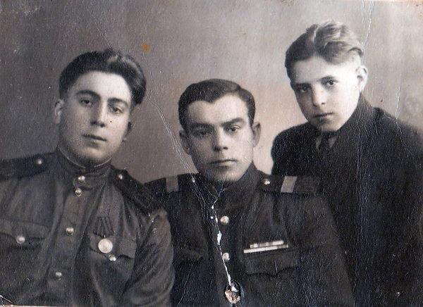Седогин Павел Яковлевич (в центре), моря