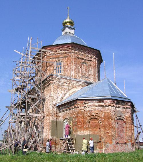 Покровский храм в селе Жидеевка в период реставрации.