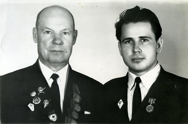 Павлухин Александр Николаевич, директор Копенской МТС, с сыном Павлухиным Александром Александровичем. Фото октябрь 1973 г.