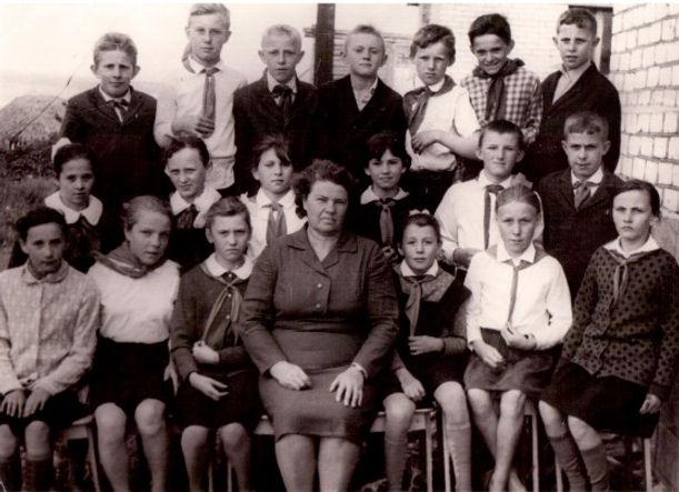 Веретенинская школа. Алесина Надежда Григорьевна с учениками. Фото  1970 г.
