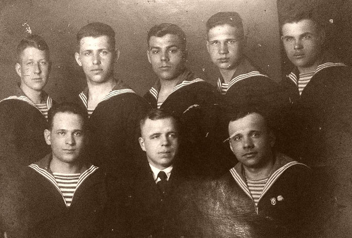Седогин Павел Яковлевич (вехний ряд в центре) с сослуживцами. (фото из семейного архива ГалиныВасильевой)