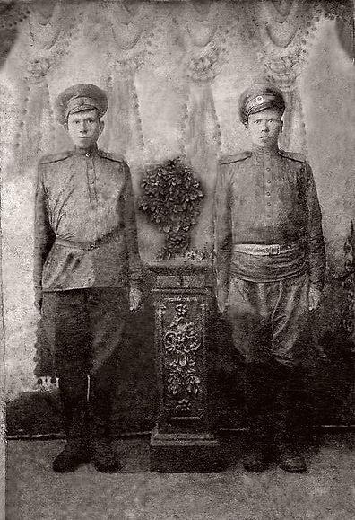 Сургучев Филипп Васильевич (слева), уроженец д.Тишимля, участник Первой мировой войны. Фото 1916 г.