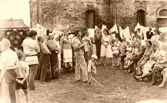 Народные гуляния на церковной площади в Жидеевке. Фото 1980-х гг.