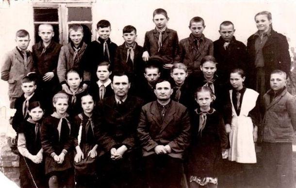 Директор Жирнов В.К. (слева) и учитель Алесин П.И.  с учениками 5-го класса Веретенинской школы.Фото 1959 г.