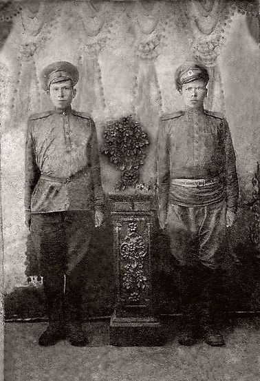 Сургучев Филипп Васильевич (справа), уча