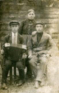 Семья крестьян Наумочкиных: Алексей Кузьмич (справа), Василий Кузьмич (слева), Александра Васильевна. Фото 1932 г.