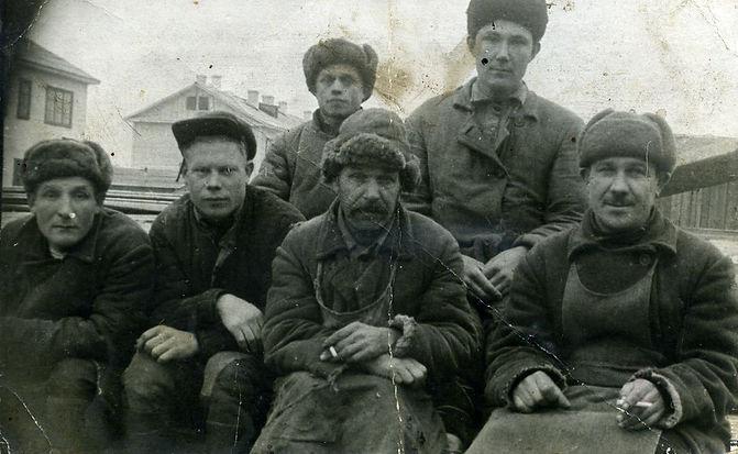 Наумочкин Кузьма Евсеевич (крайний справа сидит), житель с.Трояново