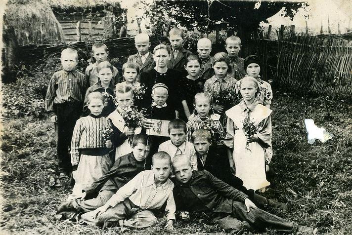 Хрипунова Евдокия Ивановна,  учитель Остаповской начальной школы, с первоклассниками. Фото 1954 г.