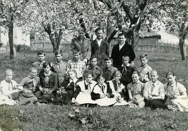 Учащиеся и педагоги Курбакинской средней школы. Фото 1970-х гг. (из личного архива Л.П.Ольховской)