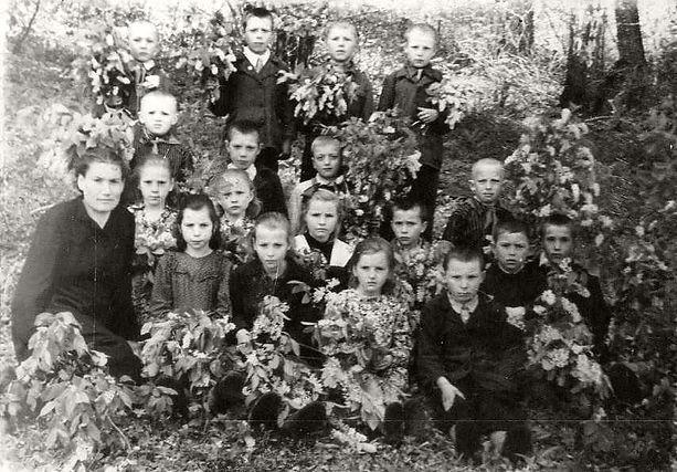 Ученики начальных классов Курбакинской школы с учителем. Фото 1960-х гг (из личного архива Л.П.Ольховской)
