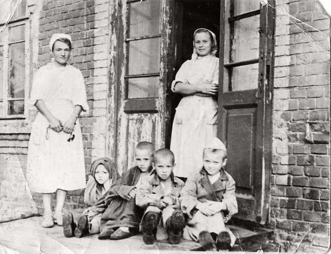 Митина Зинаида Михайловна (слева), медсе