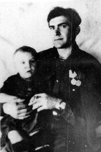 Царьков Михаил Абрамович с сыном, командир отделения Михайловского партизанского отряда
