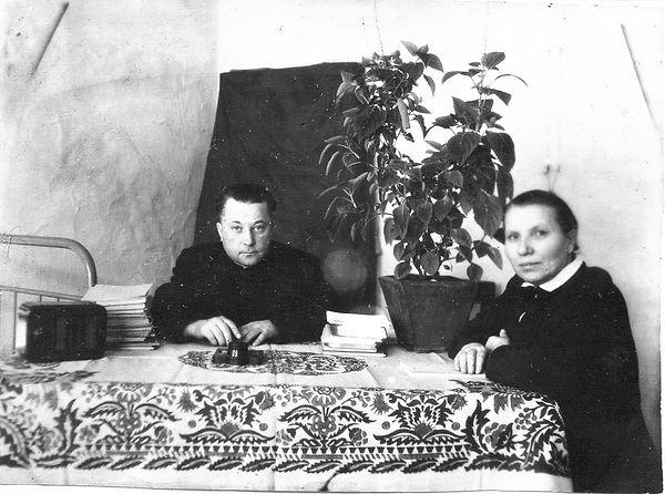 Учителя Ратмановской школы Сазонов Дмитрий Никитич и Василевская Таисия Михайловна.  Фото 1950-х гг.