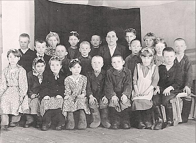 Учительница Трояновской школы  Анна Дмитриевна Наумочкина с первоклассниками. Фото 1956 г.