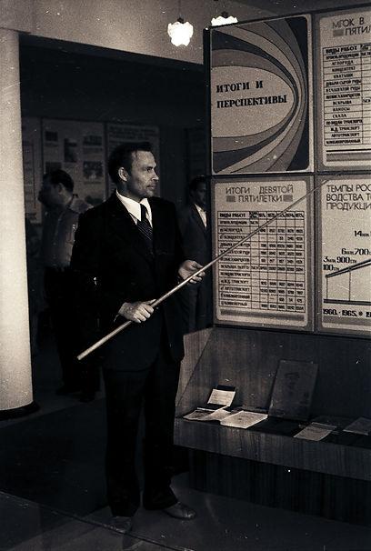 Первую обзорную экскурсию по музею проводит начальник ОНТИ Исаков П.Н. Фото 14 июля 1978 года