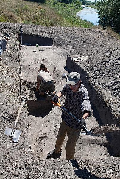Археологические раскопки древнего поселения в окрестностях Жидеевки. Фото 2011 г.