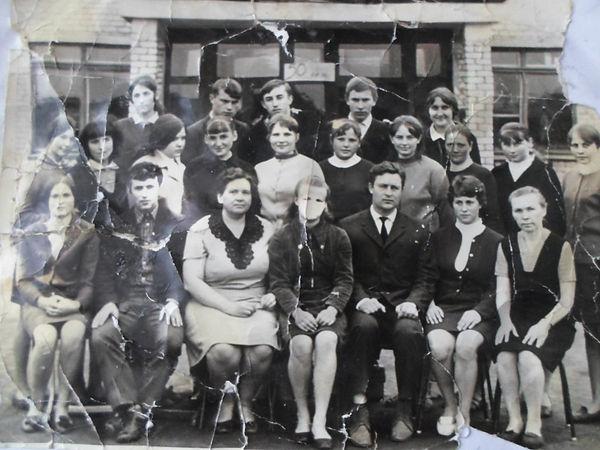 Клишинская средняя школа.  Директор Иван Кузьмич Долгин (сидит 3-й справа) с учениками 10 класса. Фото 1972 г.