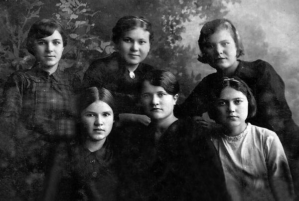 Выпускницы Дмитриевского педучилища. Выпуск 1941 года . Махонина (Ягубова) Мария Егоровна (сидит первая слева), учитель Тишимльской школы.