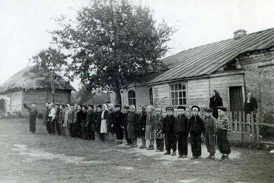 Гнанская начальная школа, расположенная в здании  бывшей церковной сторожки. Фото 1960 г.