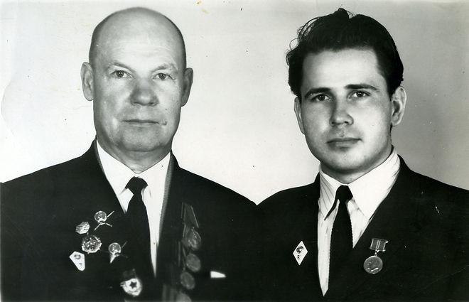 Павлухин Александр Николаевич (слева), участник ВОВ, руководитель Кармановского отделения МТС, с сыном Александром. Фото 1973 г.