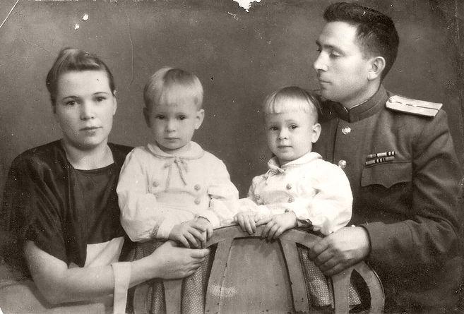 Сургучев Иван Филиппович с женой Тамарой и детьми. Фото 1940-х гг.