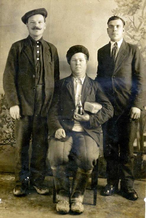 Рыжов Захар Мартынович (в центре) урожен