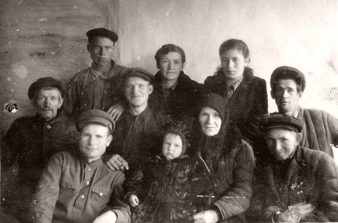 Семья Колпенских с односельчанами