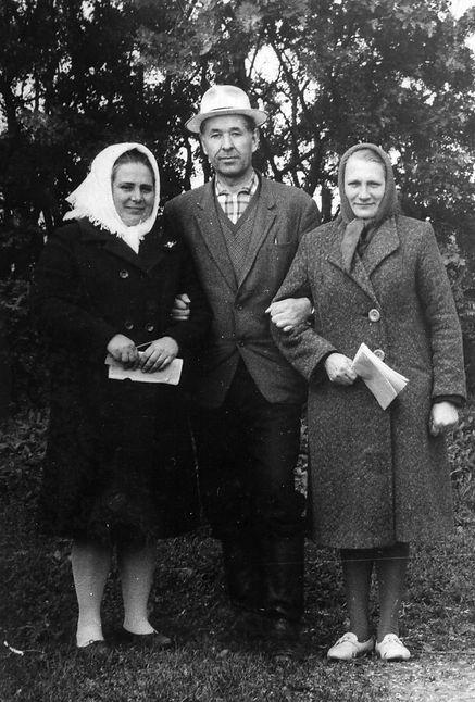 Учитель Н.Е. Кондрашов с жителями селаТроицкого. Фото 1969 г