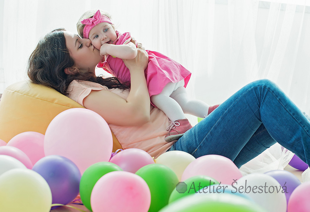 Focení v ateliéru s barevnými balónky