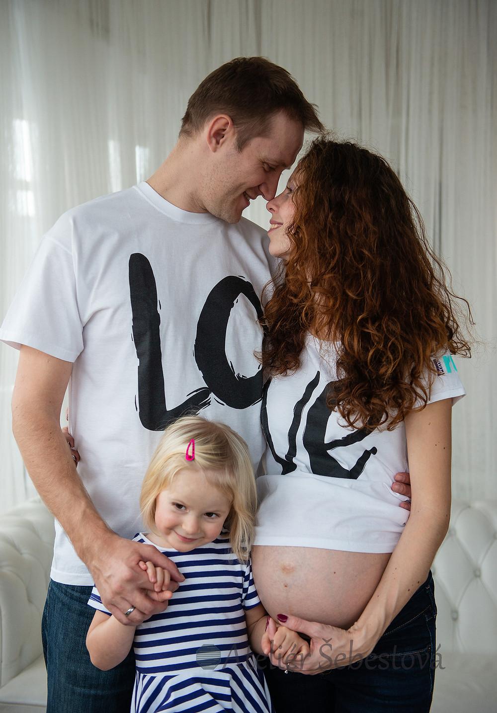 Rodinná fotka s těhotenským bříškem
