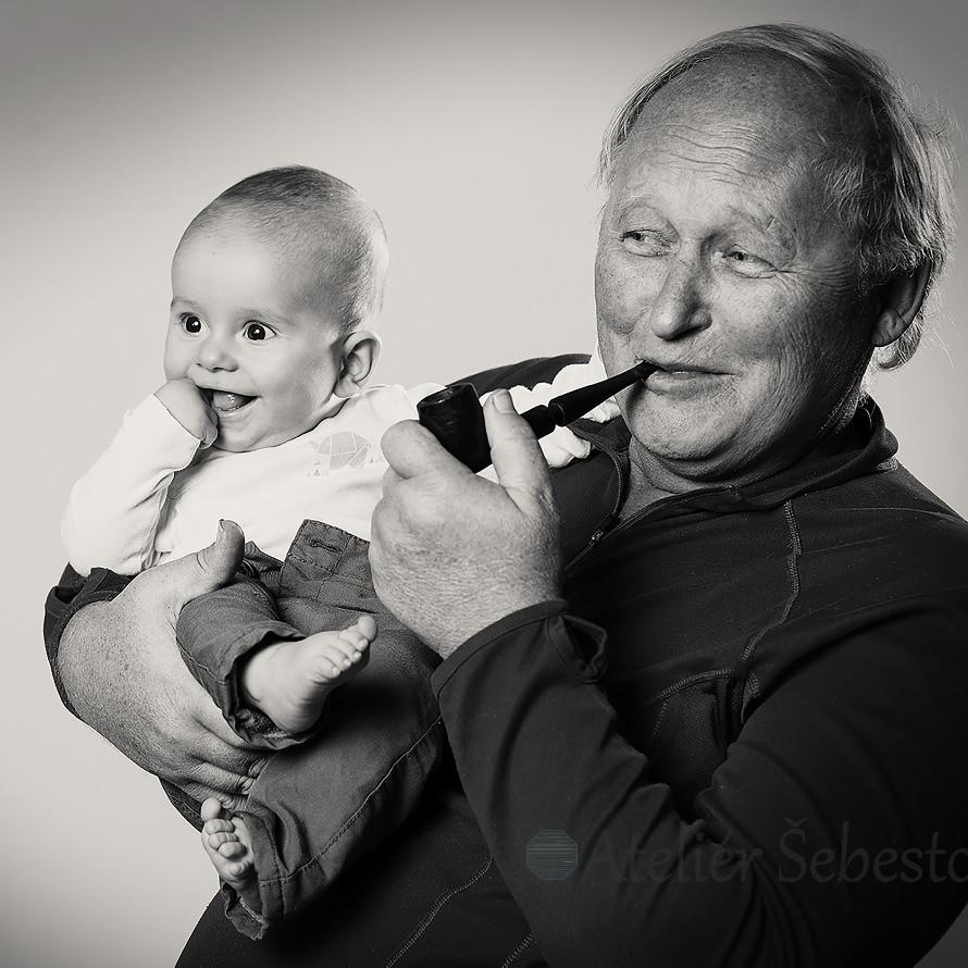 Děda s dýmkou a vnoučkem