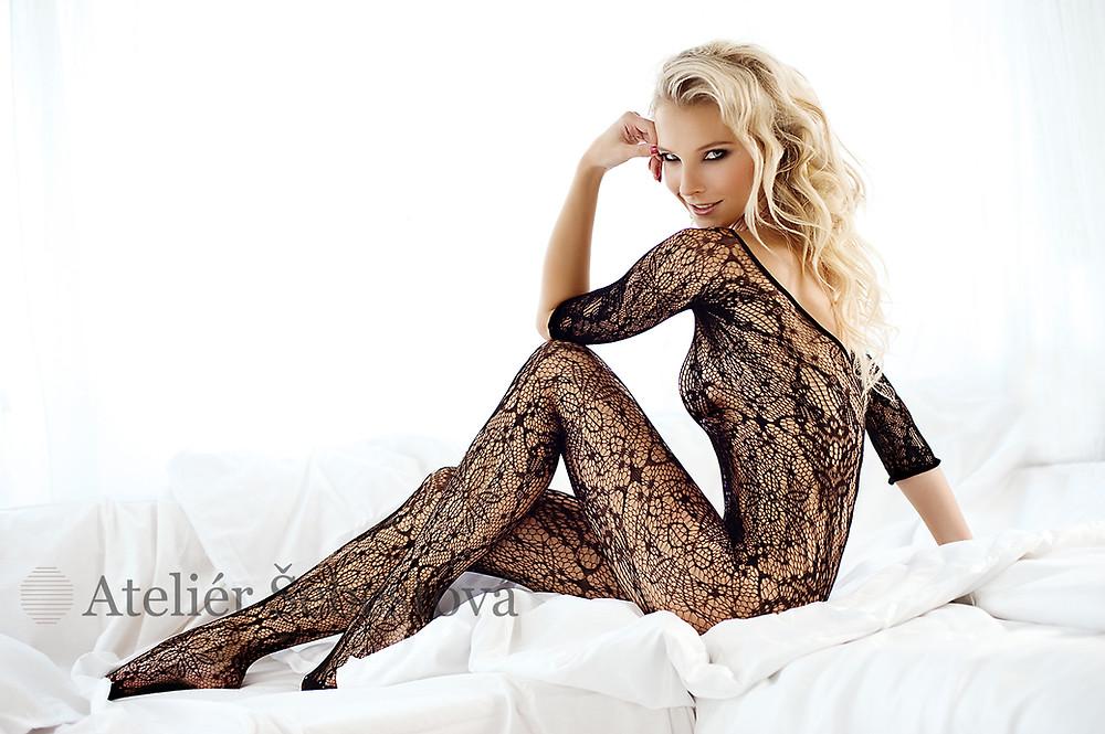 blondýnka na posteli, síTóvaný obleček, svůdná glamour póza