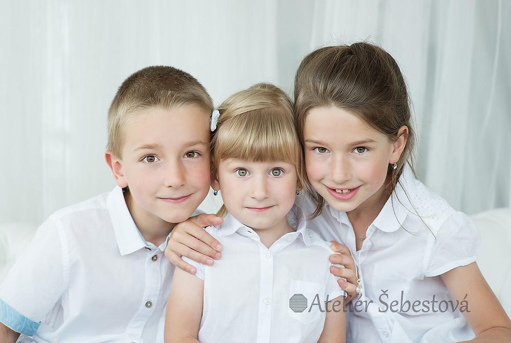 3 sourozenci na focení v ateliéru
