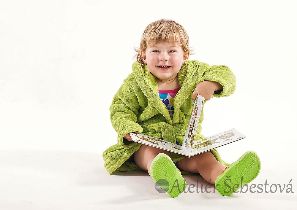 Ateliérová fotka holčičky s dětskou knížkou