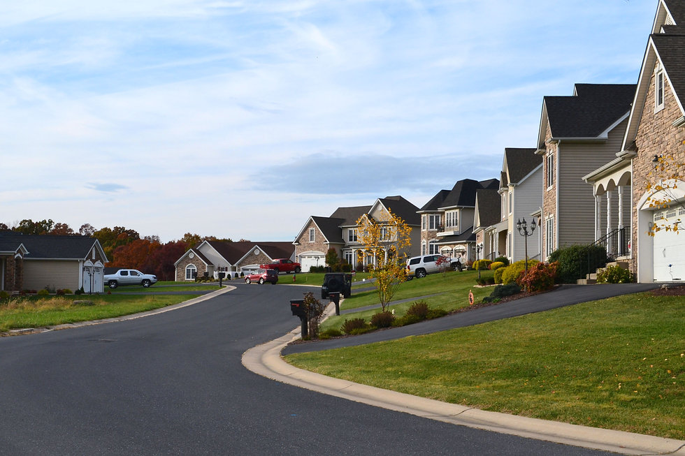 new-homes-houses-on-a-quiet-street-in-a-neighborho-9YRUP59.jpg