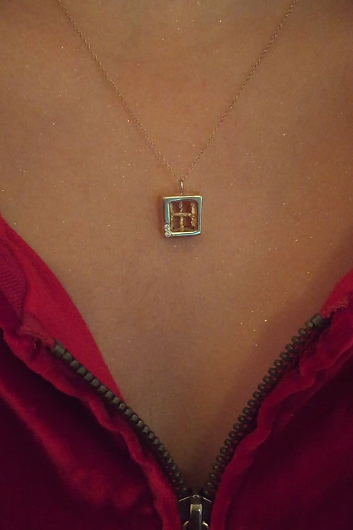 Transcending small spaces 14 kart gold pendant with diamonds