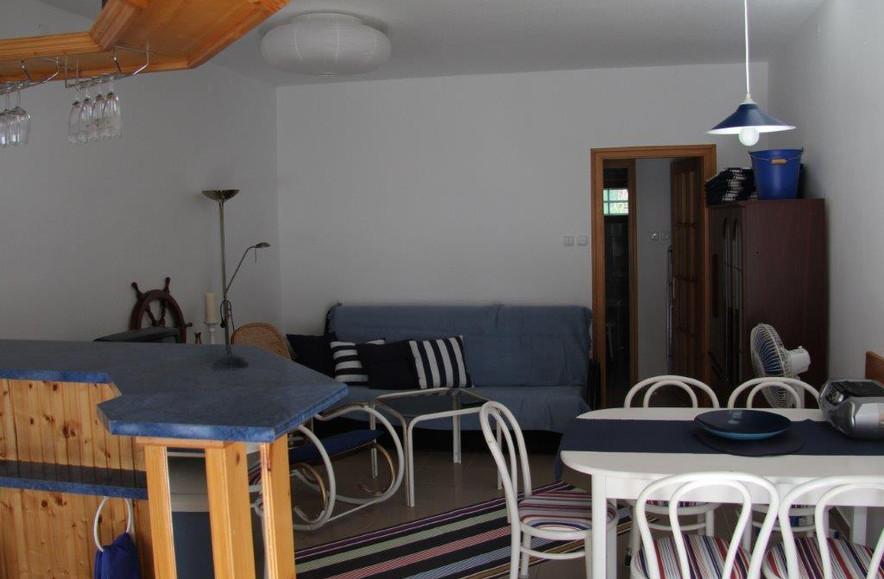 Közvetlenül a Balaton parton, saját kikötővel rendelkező, családias hangulatú társasház (hajdani vitorlás klub) 2 db apartmanja egyben eladó