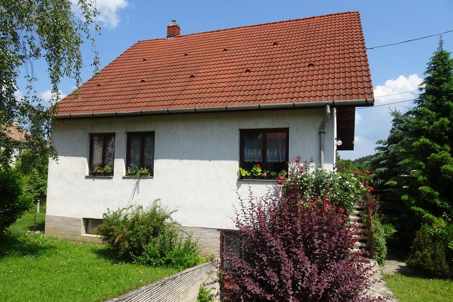 Gyönyörű panorámával rendelkező belvárosi ház, idilli kerttel, garázzsal és kocsibeállóval eladó Veszprém egyik legszebb részén a Séd-völgy zöldövezetében, közel a városközponthoz.