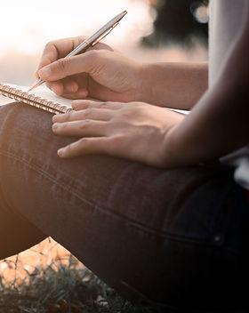 Une femme qui écrit dans son cahier