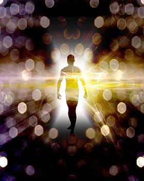 Homme qui va vers la lumière