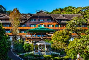 Fachada do Hotel Casa da Montenha em Gramado no Outono