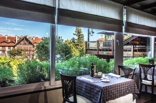Mesa posta com café da manhã no restaurante do hotel Casa da Montanha em Gramado